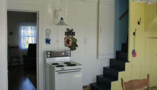Cuisine et escalier menant à l'étage supérieur