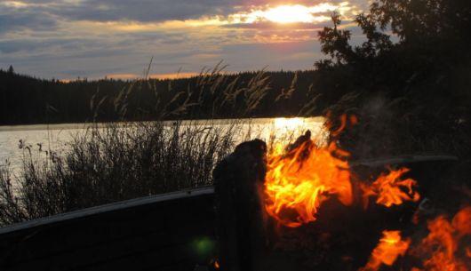 Feu de camp près du lac, la belle vie