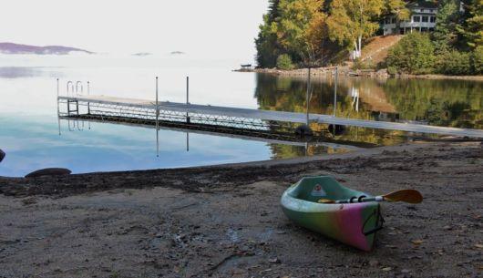 Lac et plage en automne