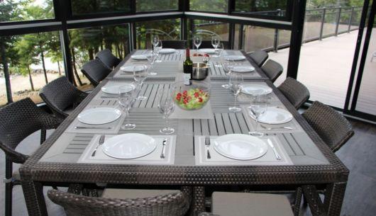 Table de patio dans la vérenda