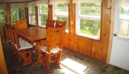 La salle à manger offre une vue sur le lac.