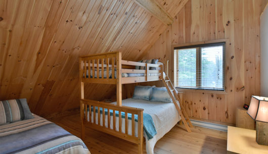 Chambre avec 1 lit queen et 1 lit double - Chalet le Pinecone
